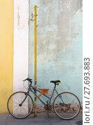 Купить «bicycle in front of old weathered house wall», фото № 27693883, снято 20 марта 2019 г. (c) PantherMedia / Фотобанк Лори