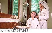 Купить «Portrait of mother combing hair of her little daughter in the bathroom», видеоролик № 27697915, снято 8 февраля 2016 г. (c) Алексей Кузнецов / Фотобанк Лори