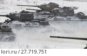 Купить «Russian Tanks T34 launched an all-out attack against the enemy. Audio included», видеоролик № 27719751, снято 12 мая 2012 г. (c) Алексей Кузнецов / Фотобанк Лори