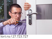 repair door lock. Стоковое фото, фотограф Myroslav Kuchynskyi / Фотобанк Лори