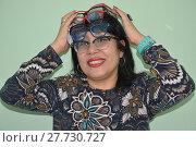 Купить «Весёлая девушка с кучей очков на голове», фото № 27730727, снято 12 февраля 2018 г. (c) Светлана Грызлова / Фотобанк Лори