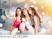 teen girls with smartphone taking selfie at home. Стоковое фото, фотограф Syda Productions / Фотобанк Лори