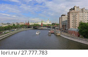 MOSCOW - MAY 20: View of the Moscow river with Kremlin and Big Stone bridge at sunny summer day, Russia. May 20, 2017 in Moscow, Russia. Редакционное видео, видеограф Алексей Кузнецов / Фотобанк Лори