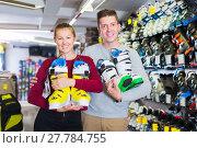 Купить «Woman with guy are demonstrating ski boots», фото № 27784755, снято 31 июля 2017 г. (c) Яков Филимонов / Фотобанк Лори
