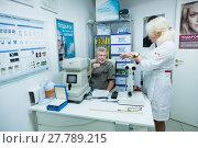Купить «Мужчина на приеме у врача-оптометриста», фото № 27789215, снято 13 февраля 2018 г. (c) Ольга Визави / Фотобанк Лори