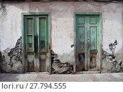 Купить «broken and weathered doors in a ruin with exposed-brick walls», фото № 27794555, снято 23 октября 2018 г. (c) PantherMedia / Фотобанк Лори