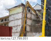 Купить «Dismantling of Building crashing by machinery», фото № 27799051, снято 17 августа 2018 г. (c) PantherMedia / Фотобанк Лори