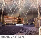 Купить «Fireworks over the Christmas (New Year holidays) decoration Lubyanskaya (Lubyanka) Square in the evening, Moscow, Russia», фото № 27814675, снято 4 января 2018 г. (c) Владимир Журавлев / Фотобанк Лори