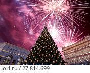 Купить «Fireworks over the Christmas (New Year holidays) decoration Lubyanskaya (Lubyanka) Square in the evening, Moscow, Russia», фото № 27814699, снято 4 января 2018 г. (c) Владимир Журавлев / Фотобанк Лори