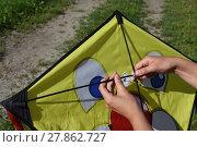Купить «assemble roofing,dragon,hold,hand,hands,kite,fly,autumn», фото № 27862727, снято 19 октября 2019 г. (c) PantherMedia / Фотобанк Лори