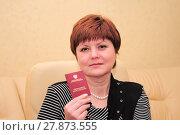 Женщина с пенсионным удостоверением (2011 год). Редакционное фото, фотограф Юрий Морозов / Фотобанк Лори