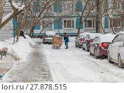 Купить «Дворник гастарбайтер везет на помойку тележку с коробкой для сбора мусора», фото № 27878515, снято 9 февраля 2018 г. (c) Светлана Голинкевич / Фотобанк Лори
