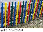 Купить «bunter Gartenzaun aus Holz - Detail», фото № 27894451, снято 23 мая 2019 г. (c) PantherMedia / Фотобанк Лори