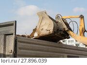 Купить «Erde wird von Radlader in Tieflader gekippt», фото № 27896039, снято 19 марта 2019 г. (c) PantherMedia / Фотобанк Лори