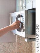 Купить «hand closes microwave oven for heating food», фото № 27910243, снято 24 февраля 2018 г. (c) PantherMedia / Фотобанк Лори