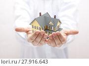Купить «Man holding yellow house miniature », фото № 27916643, снято 31 марта 2020 г. (c) PantherMedia / Фотобанк Лори