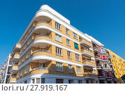 Купить «yellow balcony apartments weiss weiß», фото № 27919167, снято 20 апреля 2019 г. (c) PantherMedia / Фотобанк Лори