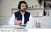 Portrait of young male employee with headset and laptop at table in home. Стоковое видео, видеограф Яков Филимонов / Фотобанк Лори