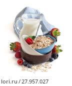 Купить «Rolled oats in a bowl with berries and milk», фото № 27957027, снято 24 марта 2018 г. (c) PantherMedia / Фотобанк Лори