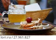 Купить «Close up pickled soft camembert cheese and beer», фото № 27961827, снято 20 июля 2019 г. (c) PantherMedia / Фотобанк Лори
