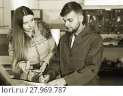 Woman client is dissatisfied of repair of her car in winter. Стоковое фото, фотограф Яков Филимонов / Фотобанк Лори
