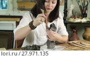 Купить «Craftsman shapes flower vase in a workshop», видеоролик № 27971135, снято 18 декабря 2015 г. (c) Алексей Кузнецов / Фотобанк Лори