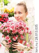 Купить «beautiful cut flowers,florist arranges medley», фото № 28013035, снято 24 февраля 2018 г. (c) PantherMedia / Фотобанк Лори