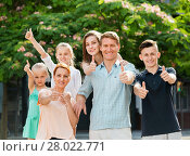 Купить «Portrait of large family of six standing and holding thumbs up», фото № 28022771, снято 15 декабря 2018 г. (c) Яков Филимонов / Фотобанк Лори