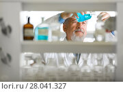 Купить «Senior male researcher carrying out scientific research in a lab», фото № 28041327, снято 27 апреля 2018 г. (c) PantherMedia / Фотобанк Лори