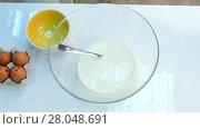 Купить «Cook mix milk with yeast in a bowl», видеоролик № 28048691, снято 14 октября 2017 г. (c) Tatiana Kravchenko / Фотобанк Лори