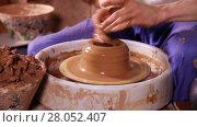 Купить «Hands of a potter creating an earthen jar on the circle», видеоролик № 28052407, снято 21 марта 2016 г. (c) Алексей Кузнецов / Фотобанк Лори