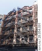 Купить «Нью-Йорк, Манхэттен. Традиционные для старых американских городов пожарные лестницы на фасаде дома. Бродвей.», фото № 28054091, снято 24 августа 2017 г. (c) Сергей Рыбин / Фотобанк Лори