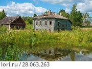 Купить «Старый деревянный разрушающийся дом у пруда», фото № 28063263, снято 10 августа 2017 г. (c) Pukhov K / Фотобанк Лори