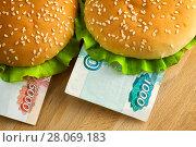 Купить «Burgers with one thousand and five thousand rubles bills», фото № 28069183, снято 11 февраля 2018 г. (c) Георгий Дзюра / Фотобанк Лори