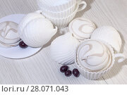 Купить «Кондитерские изделия, еда, десерт. Белый сладкий зефир на светлом фоне. Confectionery, food, dessert. White sweet marshmallows on a light background», фото № 28071043, снято 18 февраля 2018 г. (c) Светлана Евграфова / Фотобанк Лори