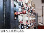 Купить «Главный рубильник на промышленном электрическом щите», фото № 28073295, снято 7 сентября 2011 г. (c) Кекяляйнен Андрей / Фотобанк Лори