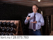 Winemaker degusting red wine in wine cellar. Стоковое фото, фотограф Яков Филимонов / Фотобанк Лори