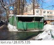 Купить «Огороженное сооружение с мусорными контейнерами во дворе жилых домов на 16-ой Парковой улице. Район Северное Измайлово. Город Москва», эксклюзивное фото № 28075135, снято 21 февраля 2018 г. (c) lana1501 / Фотобанк Лори