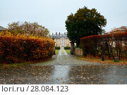 Купить «View of a driveway and gated entrance of old residential buildings», фото № 28084123, снято 25 ноября 2017 г. (c) Евгений Глазунов / Фотобанк Лори