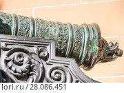 Купить «Фрагмент орудийного лафета и винград на казне старинной пушки в Московском Кремле», фото № 28086451, снято 26 сентября 2015 г. (c) Алёшина Оксана / Фотобанк Лори