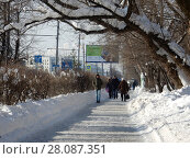 Купить «Люди идут по неочищенному от снега тротуару на Зелёном проспекте. Район Новогиреево. Город Москва», эксклюзивное фото № 28087351, снято 14 февраля 2018 г. (c) lana1501 / Фотобанк Лори