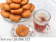 Беляши на тарелке и кружка пива (2018 год). Редакционное фото, фотограф Юрий Морозов / Фотобанк Лори