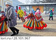 Купить «Люди разного возраста танцуют кадриль на праздник Масленицы в г.Омске», фото № 28101967, снято 18 февраля 2018 г. (c) Круглов Олег / Фотобанк Лори