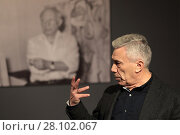 Купить «Коллекционер и куратор Борис Фридман проводит экскурсию по залам работ Пабло Пикассо», эксклюзивное фото № 28102067, снято 17 февраля 2018 г. (c) ДеН / Фотобанк Лори