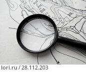 Купить «Старый чертеж плана местности, выполненный вручную, и лупа», фото № 28112203, снято 26 февраля 2018 г. (c) ViktoriiaMur / Фотобанк Лори