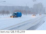 Сильный снегопад в городе. Машины на городской улице (2017 год). Стоковое фото, фотограф Ольга Коцюба / Фотобанк Лори
