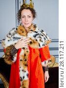 Купить «Portrait of woman in red cloak with fur collar and with crown on head in room», фото № 28117211, снято 14 ноября 2015 г. (c) Losevsky Pavel / Фотобанк Лори