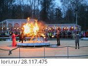 Купить «MOSCOW - MAR 12, 2016: Ritual burning of winter symbol at Shrovetide in Sokolniki Park», фото № 28117475, снято 12 марта 2016 г. (c) Losevsky Pavel / Фотобанк Лори