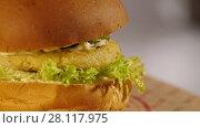 Купить «Vegetarian burger spins», видеоролик № 28117975, снято 16 февраля 2018 г. (c) Илья Шаматура / Фотобанк Лори