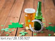 Купить «glass of green beer, horseshoe and gold coins», фото № 28130927, снято 31 января 2018 г. (c) Syda Productions / Фотобанк Лори
